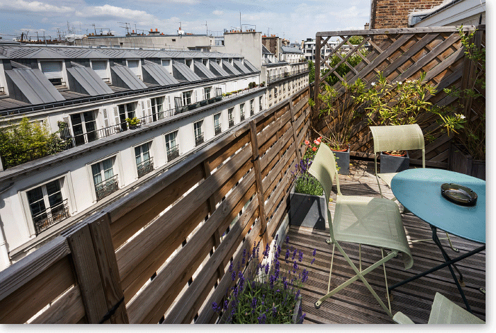 Hotel with terrace or balnony inthe center of Paris